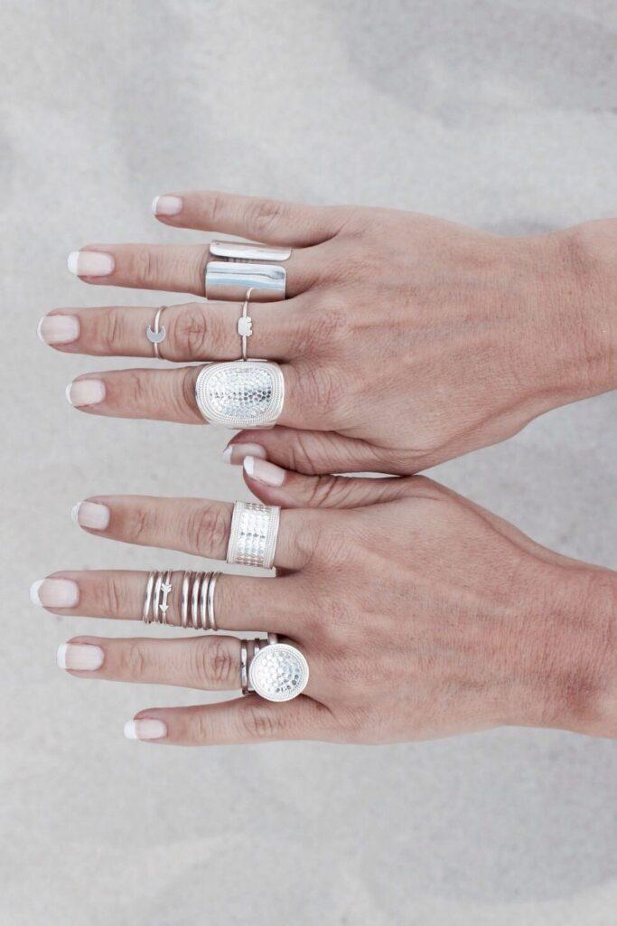 manos con anillos